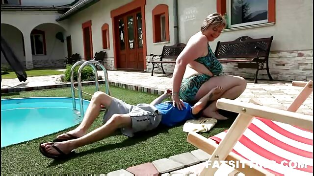 A fiatal szerető lédús anya a fiával sex szopást készít az első személytől.